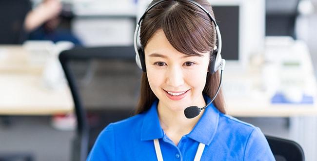 テクニカルサポートのコールセンターで働く女性のイメージ